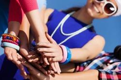 Plan Été Covid-19 : comment organiser un événement ? Comment voyager ? Comment vous protéger, vous et vos visiteurs pendant une fête ? Découvrez les aides-mémos du Centre de crise