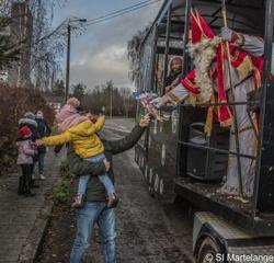 Saint Nicolas en visite à Martelange sur son char en photos et vidéo
